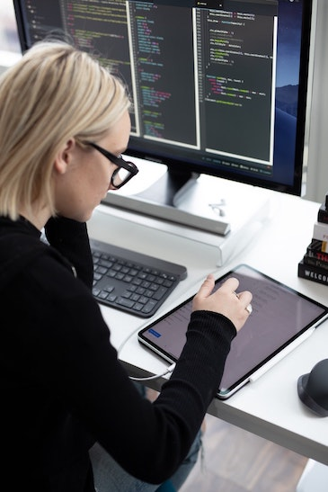 woman-using-ipad-2343480.jpg